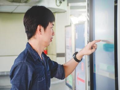 Como um totem digital pode diferenciar a comunicação com o cliente